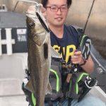 下げ潮タイミングで良型シーバスがヒット! 東京湾 青物の釣果情報も入ってきてます!