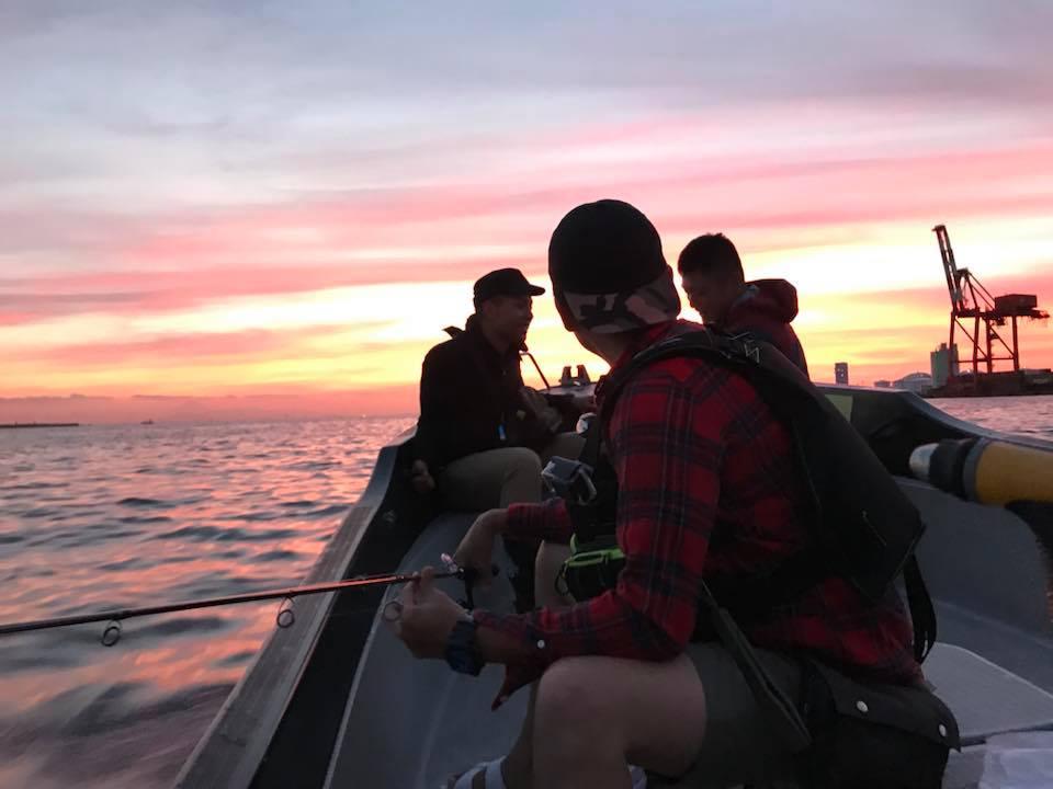 夕焼けの中で釣り