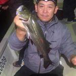 小さめのミノーでシーバスの数釣り! ベイトにあわせてルアーを選べば釣れました!