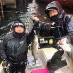 雨の東京湾で70UPのランカーシーバスGET! レンジの入るルアーで爆釣のデイゲーム!
