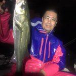 潮が動き出してからシーバスの活性が上がった!雨の中サイズのいい魚を釣っていただきました!