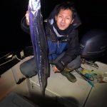 シーバス狙いで出船したら立派な太刀魚がHIT!シーバスはセイゴ祭り開催中?w