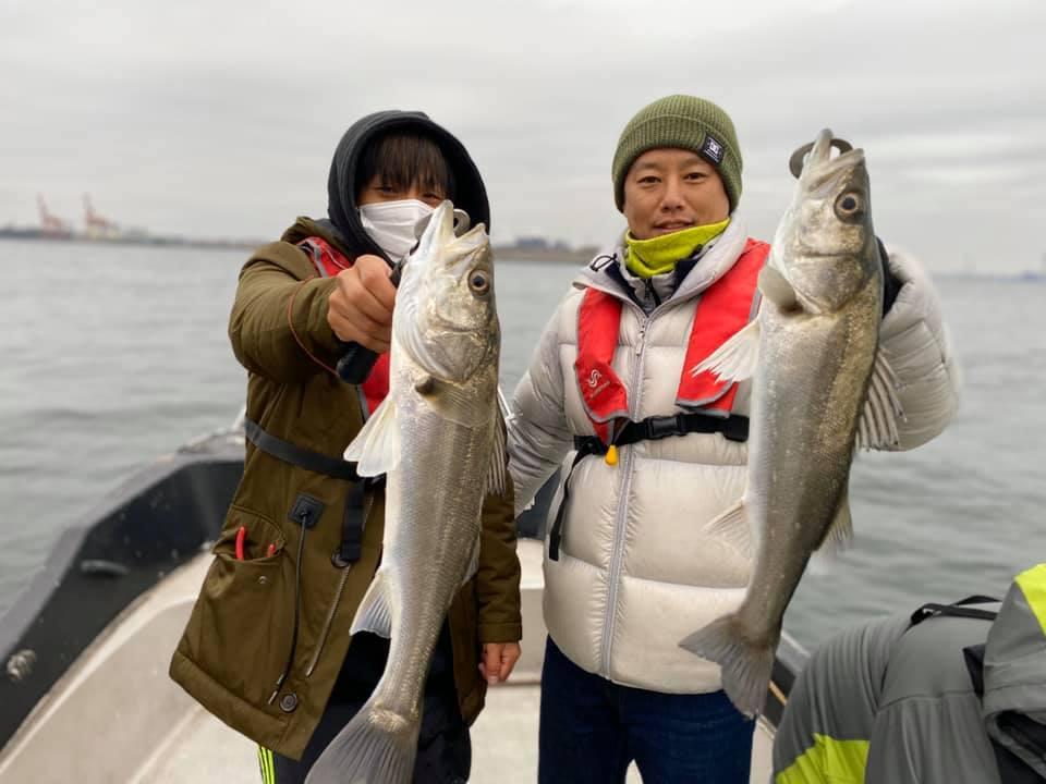 冷たい雨の中でも船内シーバス全員安打!50~70cmのシーバスが釣れてます!