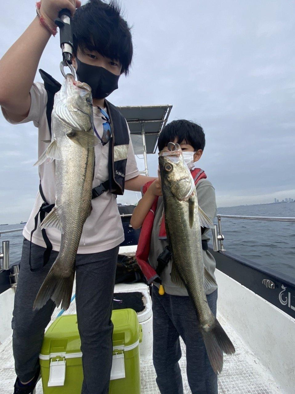 ボートのファミリーフィッシングでお子様も大喜び!大きなシーバス、たくさんのサバが釣れました!