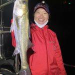 キャストから練習した女性のお客様もシーバスをゲット!開始早々、シーバスが釣れました!