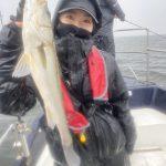土砂降りの中でシーバスゲット!鳥山でたくさんのサバのお土産も!防寒具、必須です!
